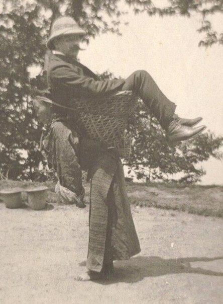 британский торговец едет на спине сиккимской женщины в 1903 году